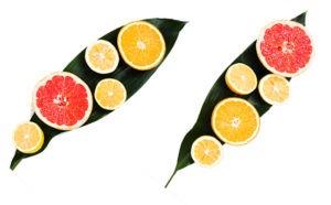 Zitrusfrüchte sind generell ärmer an Zucker. Wasser mit Zitronensaft oder einer gepressten Orange kann helfen, sich andere Getränke abzugewöhnen und etwas Geschmack ins Leben zu bringen. Wenn Sie sich schwer tun, nur Wasser zu trinken, was natürlich die optimale Lösung wäre, ist diese Variante eine gute Alternative.